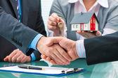 与客户签订合同后的握手
