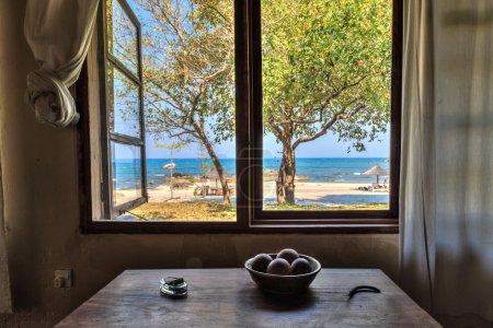 查看从海边的房子的窗户