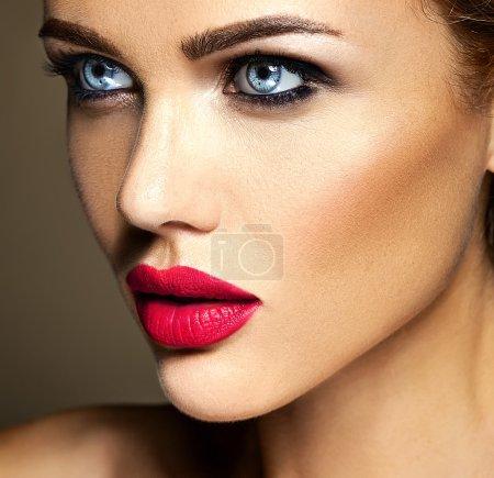 感性魅力女士的画像 》 美丽的女人模型与日常妆红红的嘴唇颜色与清洁健康皮肤的脸