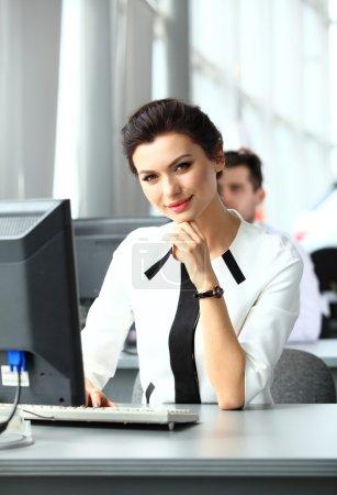 现代商业办公室里的女人