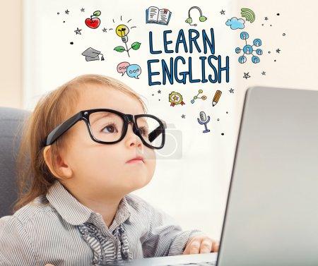 学习英语的概念与蹒跚学步的女孩