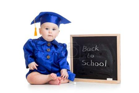 在院士的衣服,在黑板上有趣的婴儿