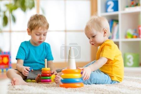 在托儿所儿童兄弟一起玩耍