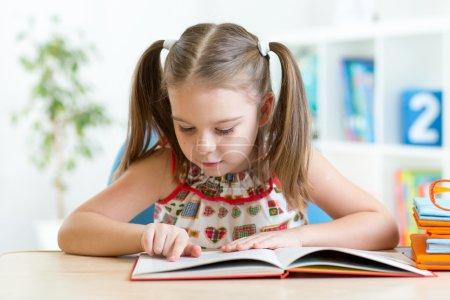 可爱的小女孩从苗圃大书读故事