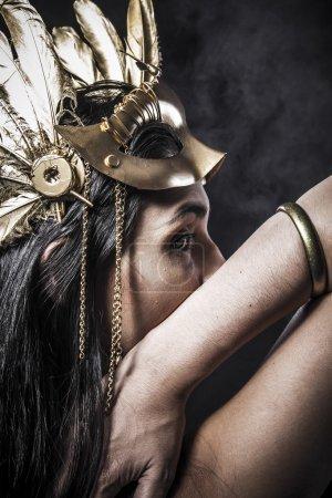 黄金面具的年轻女子