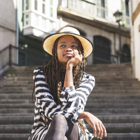 美丽的非洲女人,戴着帽子在街上的肖像