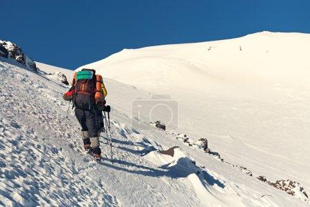 在山中徒步旅行者的组