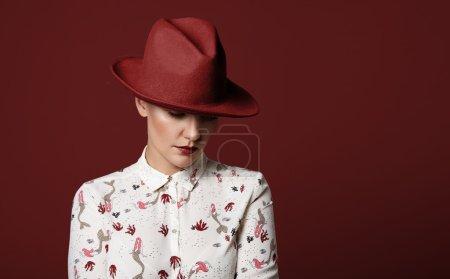 女人戴着的帽子