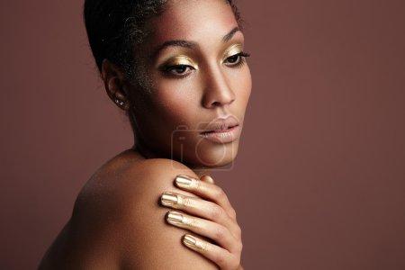 金色的化妆的女人