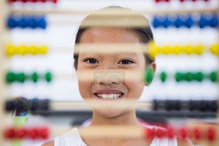 女孩在教室里的算盘