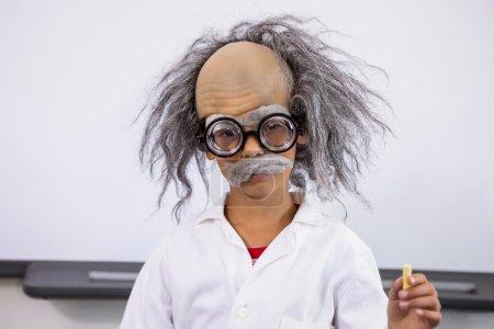 小男孩打扮成科学家拿报纸