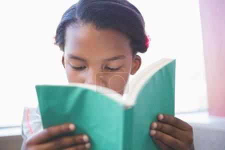 图书馆里的女学生阅读本书