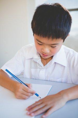 男生在教室里做作业