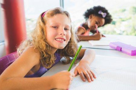 女孩在教室里做作业的肖像