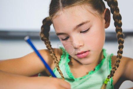 女学生在教室里做作业