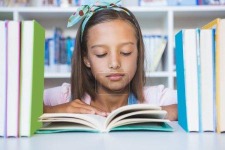 学校图书馆里读书的女孩