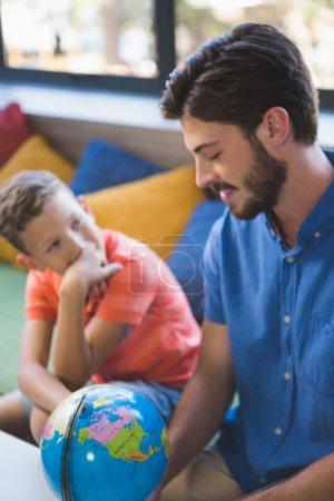 老师和孩子讨论全球