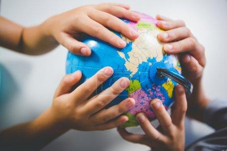 学校的孩子们在教室里举行全球