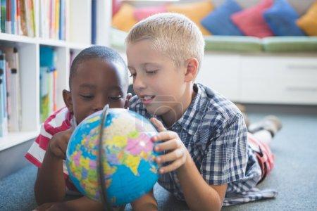 学校的孩子们学习全球图书馆