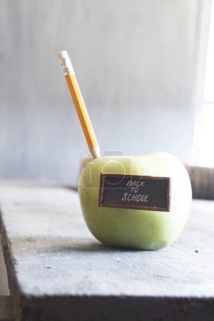 回到学校文本和铅笔在桌子上的苹果