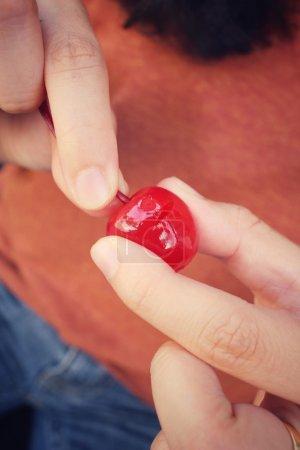 年轻女人吃樱桃