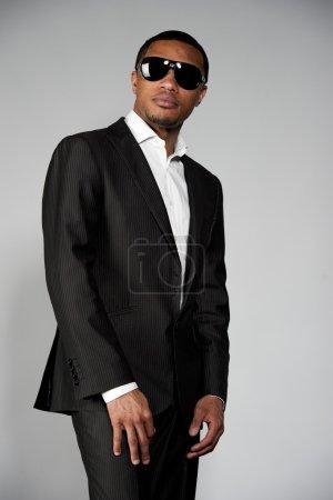 吸引人的非洲裔美国男性在一套西装_高清图片_邑石网