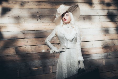 白色的裙子和老式帽子的女人_高清图片_邑石网