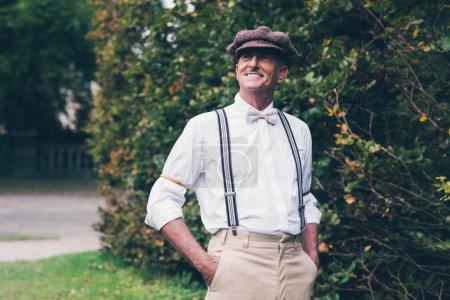 高级复古时尚的男人微笑着_高清图片_邑石网