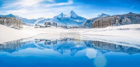 在阿尔卑斯山高山湖泊与冬季仙境
