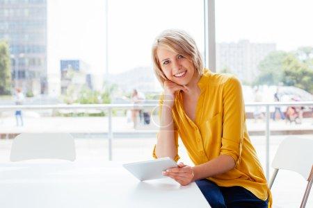 女人在平板电脑桌