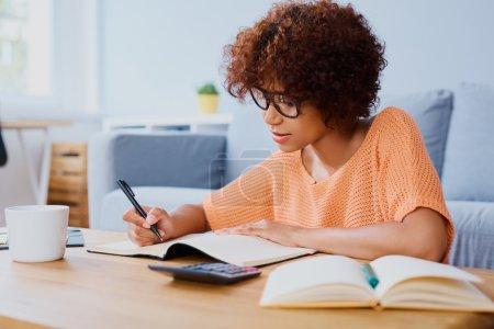 忙碌的年轻女人学习