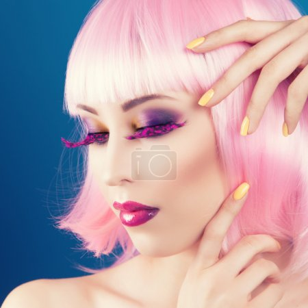 美丽的女人戴着彩色假发