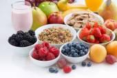 白木桌前,特写新鲜浆果、 水果和 mueslion