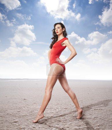 红色泳装的女人