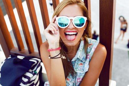 显示的舌头和开心的女孩