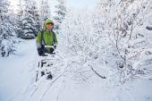 走在冬季喀尔巴阡山的徒步旅行者