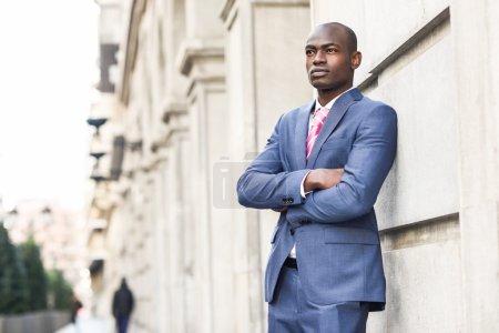 英俊的黑人男子,穿着西装在城市背景_高清图片_邑石网