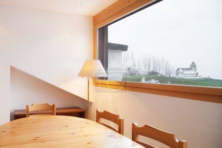 室内的木屋,木制餐桌