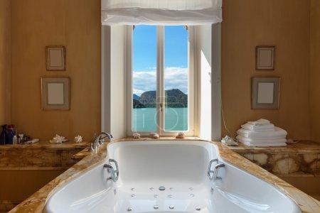 漂亮的浴室配有按摩浴缸