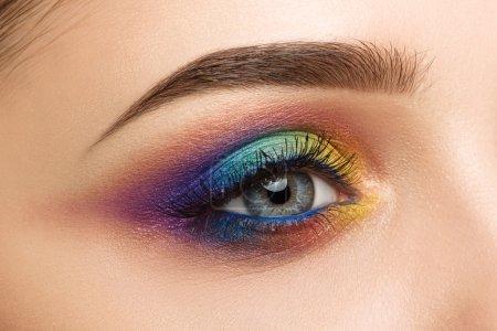 与美丽的色彩缤纷化妆的女人眼睛的特写镜头_高清图片_邑石网