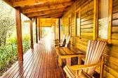 行的露台上木制桌椅
