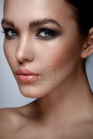 时尚化妆的女人