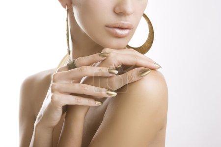 金修指甲,闪亮的金色指甲油的女双手