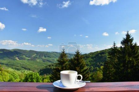 早上的一杯咖啡,美丽的山风景背景.放松, 休闲度假