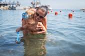 母亲和儿子在水中