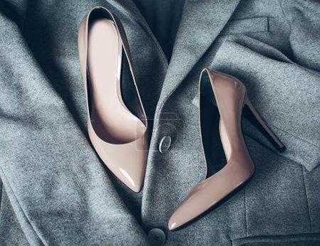 米色的时尚鞋和服装