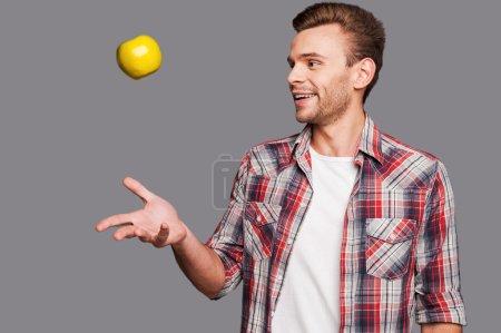 把苹果扔向空中的人_高清图片_邑石网