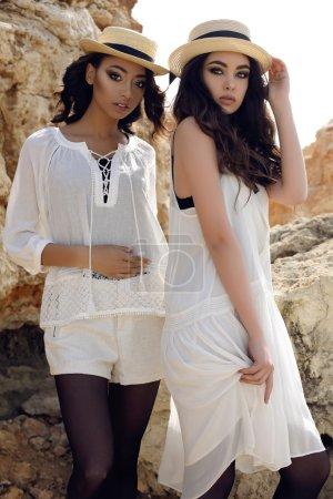 黑头发的漂亮女孩穿着休闲优雅的衣服和帽子