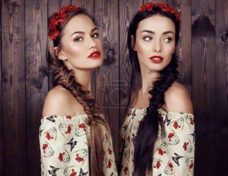 在优雅的礼服的长头发的漂亮女孩