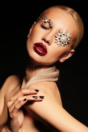 性感的金发碧眼女人神奇化妆与宝石配件